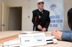 Oy Kullanma Şablonuyla Oyunu Kullanan Bir Görmeyen Görüntüsü.