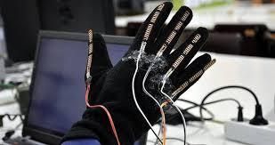 Akıllı Eldiven Akıllı eldiven, görme engellilerin ellerini kullanarak yazı yazmalarına olanak sağlayan bir teknoloji olarak geliştirilmiştir. Eldiven, sensörler, bilgisayar ve özel bir yazılım yardımıyla görme engellilerin el ve parmak hareketlerini algılayabilmektedir. Bu sayede, görme engellilerin telefonlara veya bilgisayarlara harfleri ve kelimeleri daha kolay girebilmeleri mümkündür.