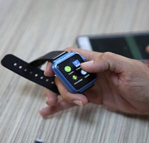 Elektronik bir kol saati tutan El Görüntüsü