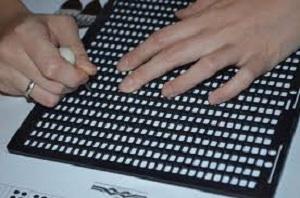 Kabartma Yazı Tableti ve kalemiyle yazı yazma örneği
