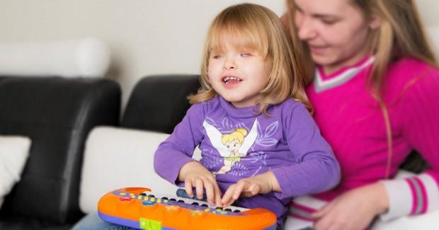 Legolarla Oynayan Görme Engelli Bir Çocuk ve Yanındaki Annesinin Görüntüsü
