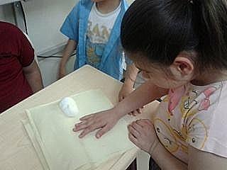 Üç Boyutlu Hazırlanmış Kabartma Kitabı İnceleyen Bir Görme Engelli Öğrenci Görüntüsü.