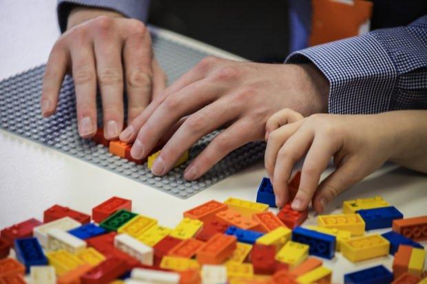 Legoları İnceleyen İki El gÖRÜNTÜSÜ
