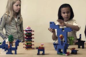 Bayan Bir Öğretmenin Yanında Görme Engelli Öğrenciler Legoları İnceliyorlar.
